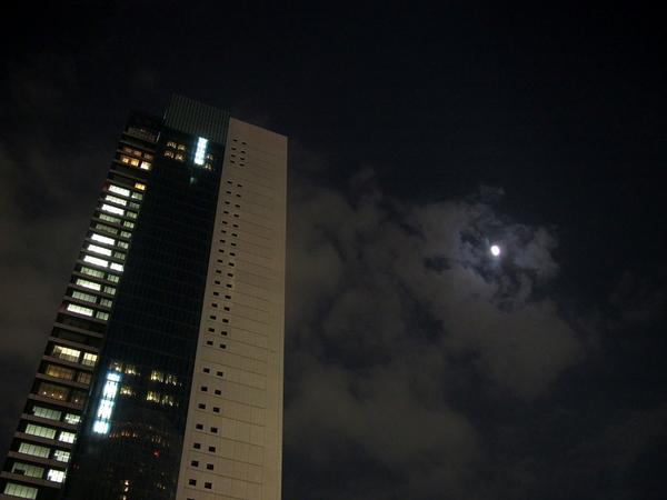 月とビル.jpg